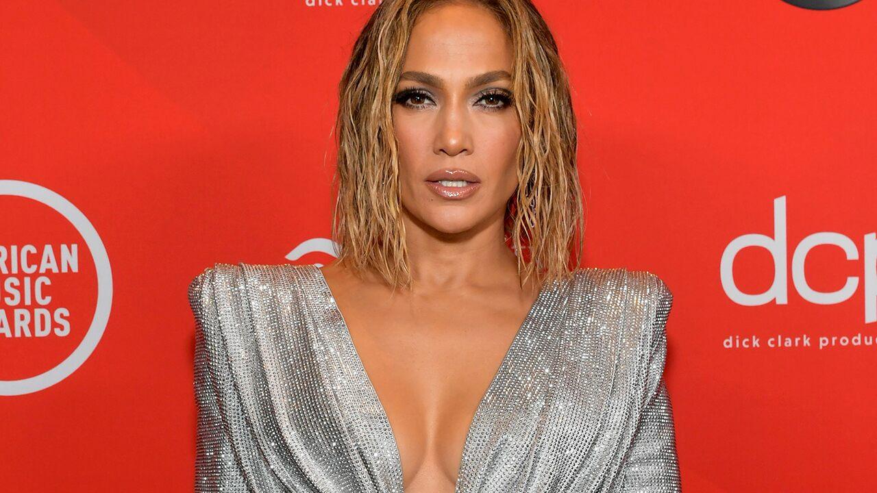 Jennifer Lopez wears green low-cut swimsuit on a final vacation on the island