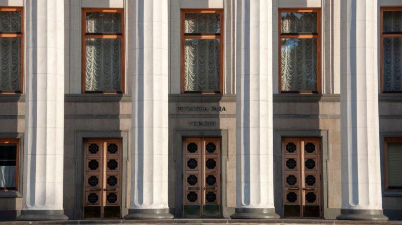 Українські законодавці схвалюють законопроекти про реформи, які просять західні донори