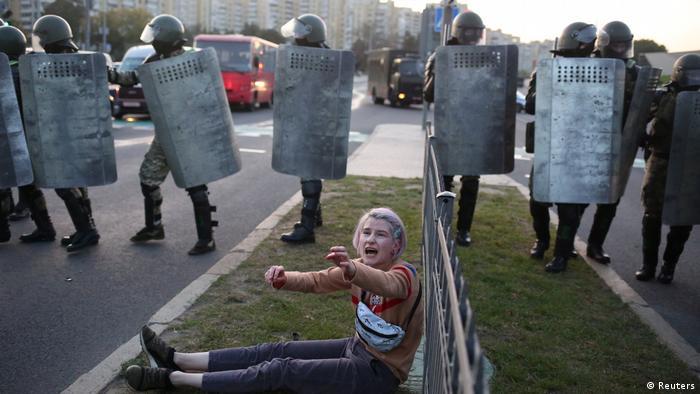 Демократичний демонстрант протистоїть силам безпеки Лукашенко в Білорусі у вересні 2020 року