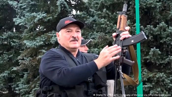 Білоруський лідер Олександр Лукашенко тримає автомат Калашникова на відео, яке досі розповсюджується державним телебаченням.
