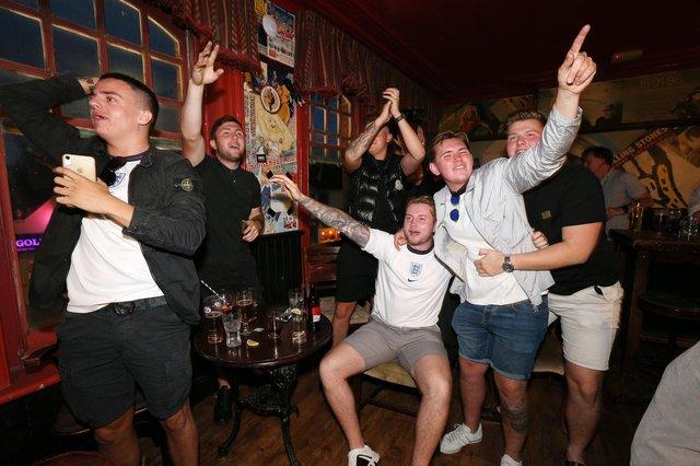 Повні робочі дні.  Вболівальники дивляться матч чвертьфіналу Євро-2020 між Англією та Україною в пабі The Kings Pub, Альберт-Роуд, Саутсі.  Фото: Кріс Морхаус (jpns 030721-22)