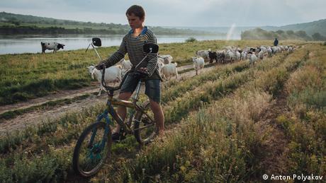 Хлопчик їде на велосипеді по полю