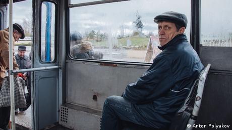 людина, що сидить в автобусі